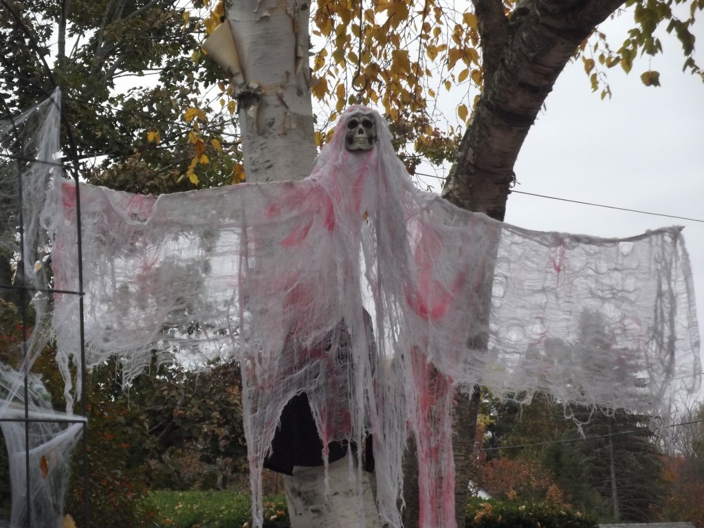 Recycled material makes spooky Halloween ghosts!